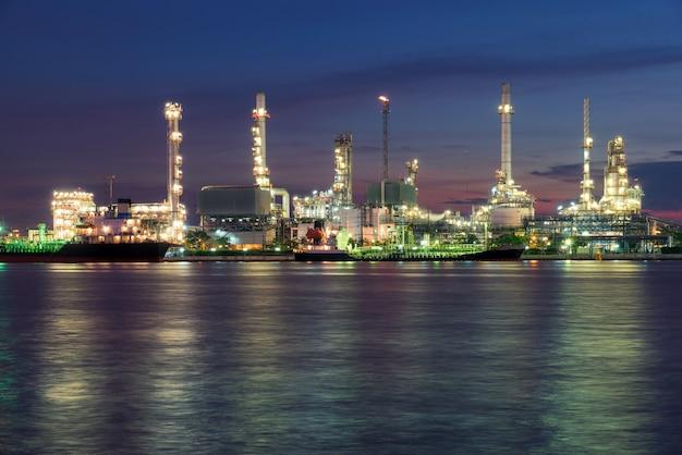 Raffinerie de pétrole ou usine pétrochimique dans la matinée.