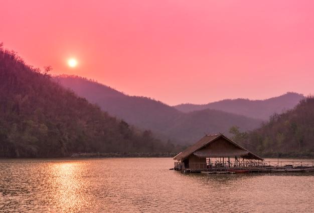 Raft flottant sur la rivière après le coucher du soleil