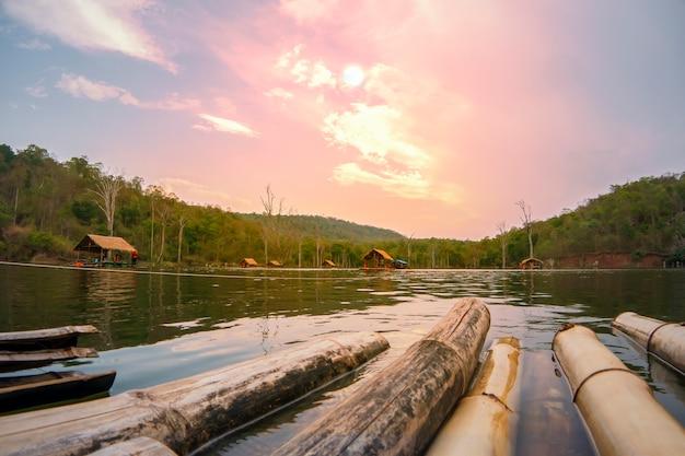 Rafting en bambou au coucher du soleil sur la rivière