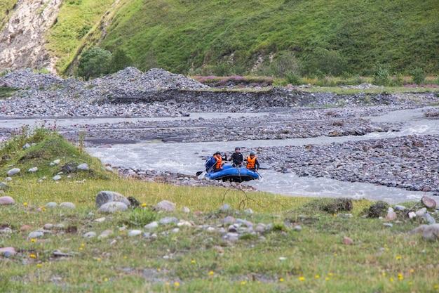 Rafting et paysage fluvial et vue à juta, géorgie