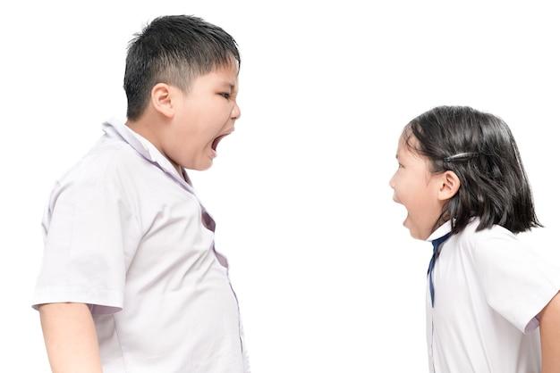 Raging kids - frère et soeur criant les uns aux autres, isolé sur fond blanc