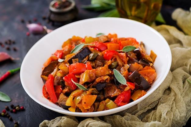 Ragoût d'aubergine épicé, poivron, tomate et câpres.
