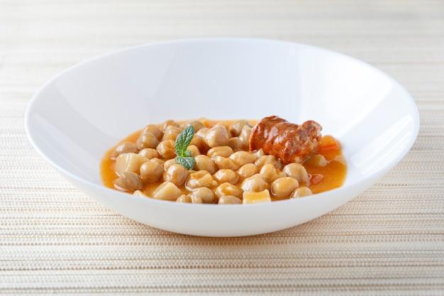Ragoût aux pois chiches et saucisses, typiquement espagnol