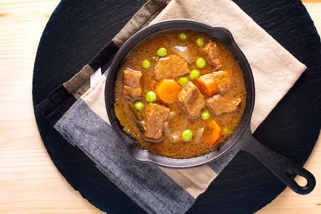 Ragoût De Bœuf Bio Ou Bourguignon Fait Maison Dans Une Poêle En Fonte Winter Food Photo Premium