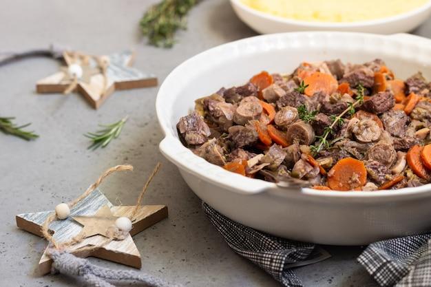 Ragoût de bœuf bourguignon ou de viande avec légumes et fines herbes.