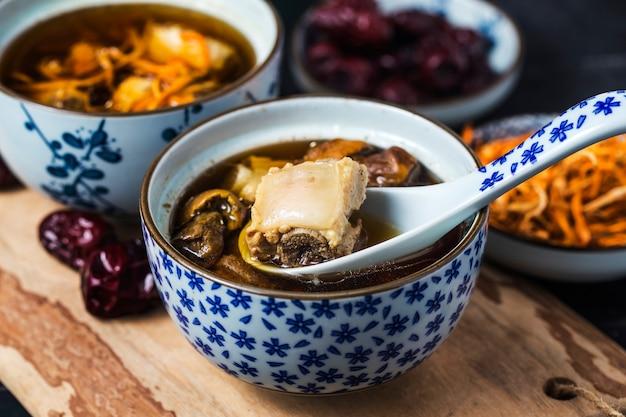 Ragoût de côtes de porc de médecine chinoise