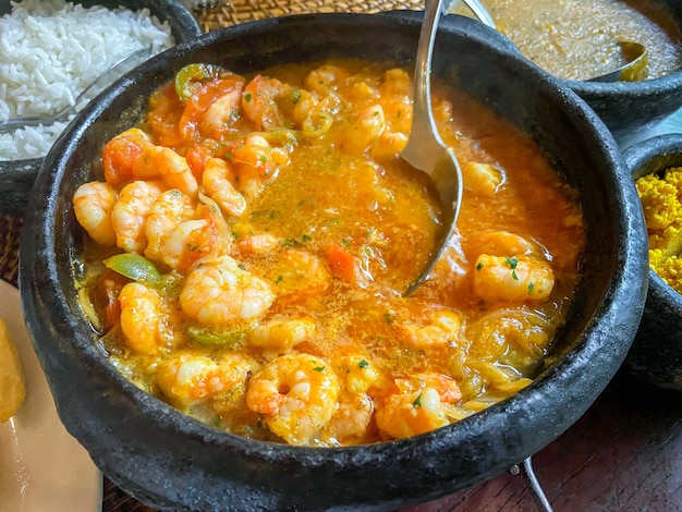 Ragoût de crevettes dans le pot d'argile.