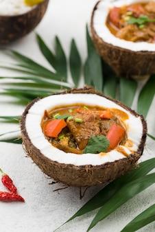 Ragoût dans des assiettes de noix de coco avec des feuilles