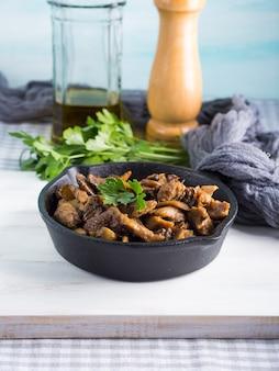 Ragoût de dinde aux champignons et épices dans une poêle