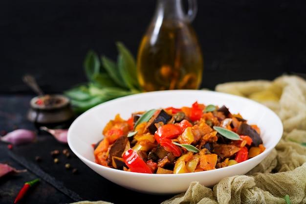 Ragoût épicé d'aubergine, poivron, tomate et câpres