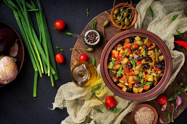 Ragoût épicé chaud aubergine, courgette, poivron, tomate, carotte, oignon, olives et câpres