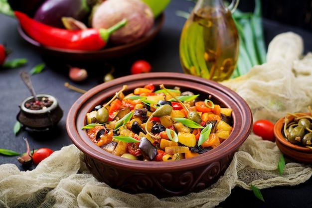 Ragoût épicé chaud (caponata) aubergines, courgettes, poivrons, tomates, carottes, oignons, olives et câpres