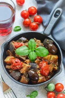Ragoût de légumes avec des assaisonnements et des épices