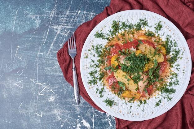Ragoût de légumes dans une assiette blanche.