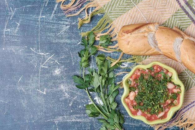 Ragoût de légumes avec du pain blanc.