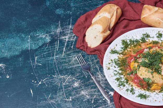 Ragoût de légumes avec pain baguette.