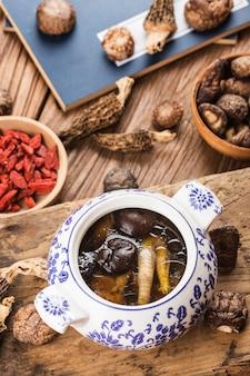 Ragoût de nourriture chinoise potage de poulet cuit aux champignons et nutritif. bon pour la santé.