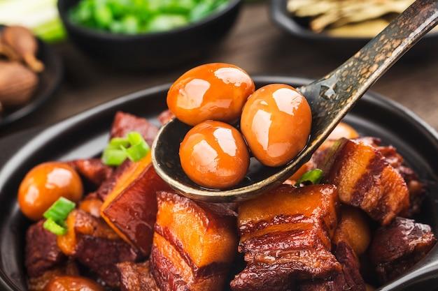 Ragoût d'œufs de caille avec poitrine de porc (cuisine chinoise)