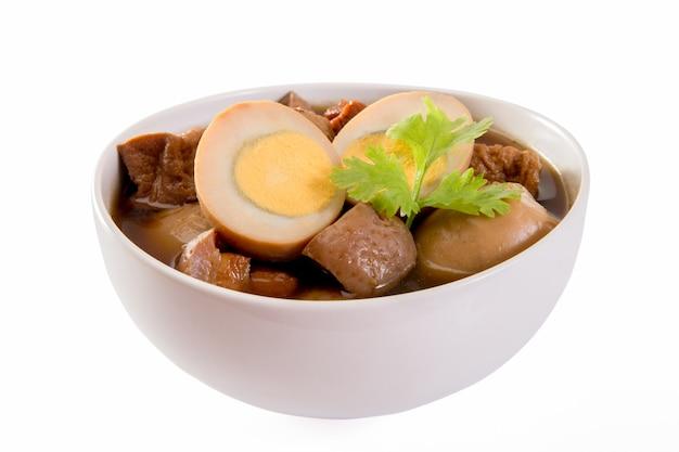 Ragoût d'œufs ou d'œufs et de porc en sauce brune par des plats thaïlandais