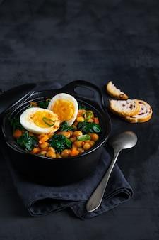 Ragoût de pois chiches potaje de garbanzos recette espagnole traditionnelle avec des ingrédients.