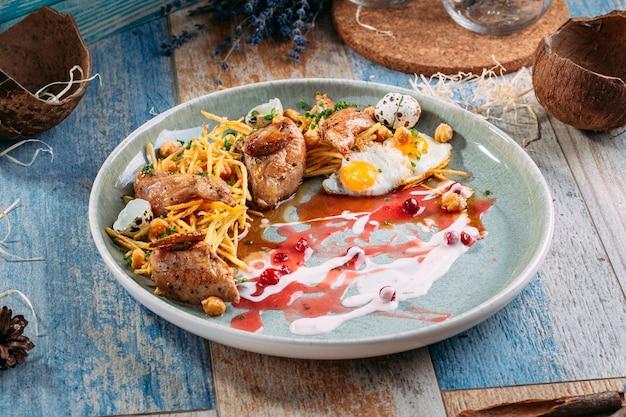 Ragoût de pommes de terre de caille de paon oeufs sauce aux airelles