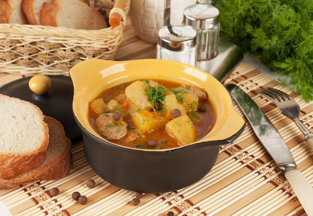 Ragoût de pommes de terre dans un pot en céramique.