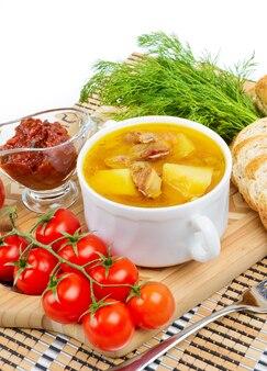 Ragoût de pommes de terre avec de la viande dans une casserole en céramique.