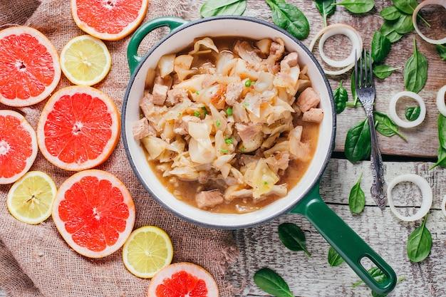 Ragoût de pommes de terre avec de la viande sur la table, plat de restaurant sur un fond en bois vue de dessus