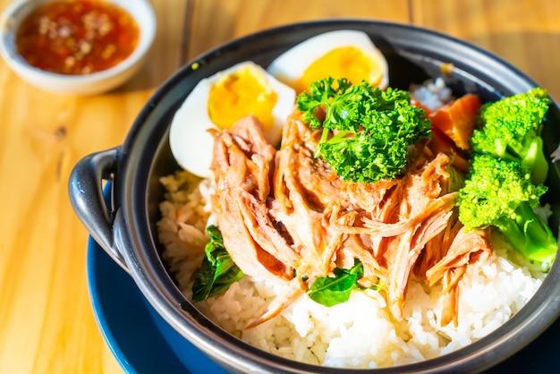 Ragoût de porc avec oeuf sur riz