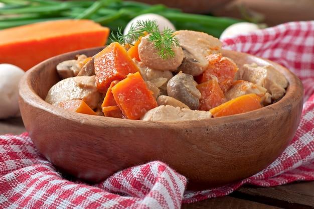 Ragoût de poulet aux légumes et champignons dans une sauce à la crème