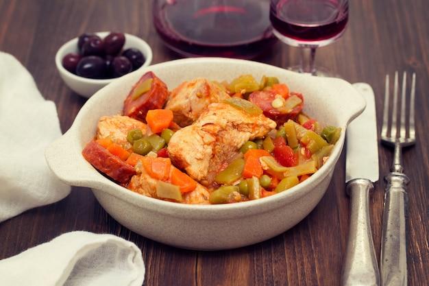 Ragoût de poulet aux légumes dans le plat