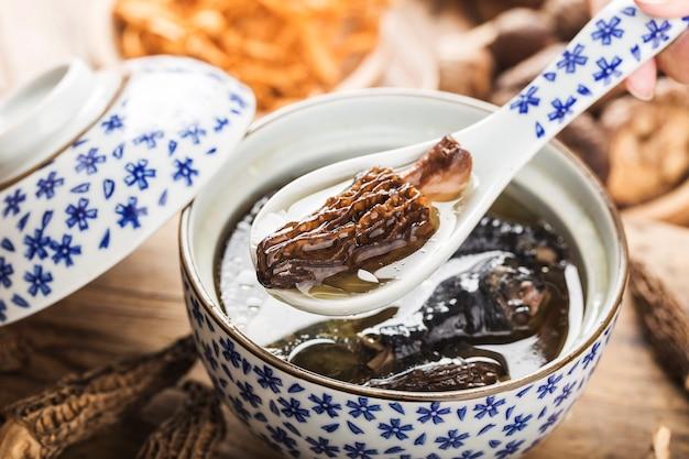 Ragoût de poulet avec de la cuisine chinoise morel