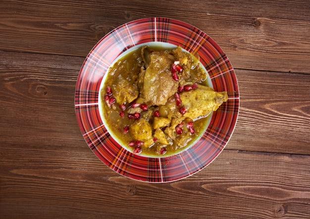 Ragoût de poulet à la persane fesenjan avec sauce aux noix et à la grenade