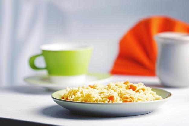 Ragoût de riz avec une carotte sur une assiette