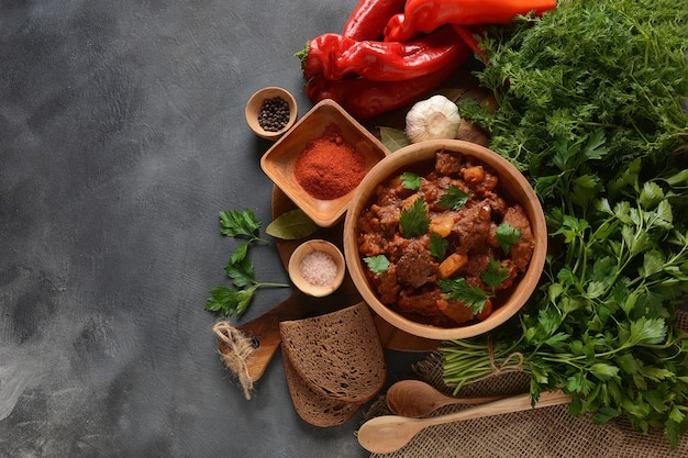 Ragoût de viande de bœuf hongrois traditionnel goulash