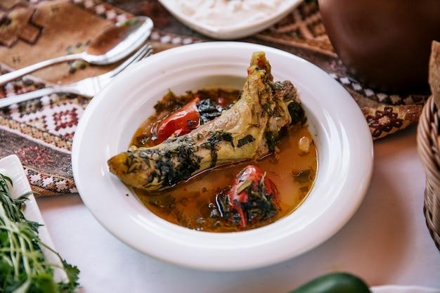 Ragoût de viande dans un bouillon aux herbes et à la tomate.