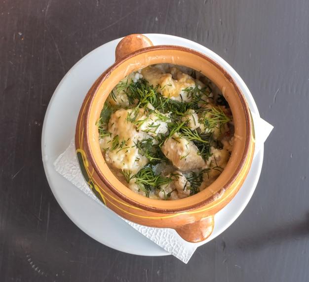 Ragoût de viande dans un pot en argile avec pommes de terre et aneth vue de dessus