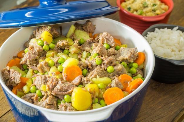 Ragoût de viande avec des légumes dans un bol.
