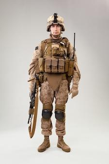 Raider de commandement des opérations spéciales avec arme
