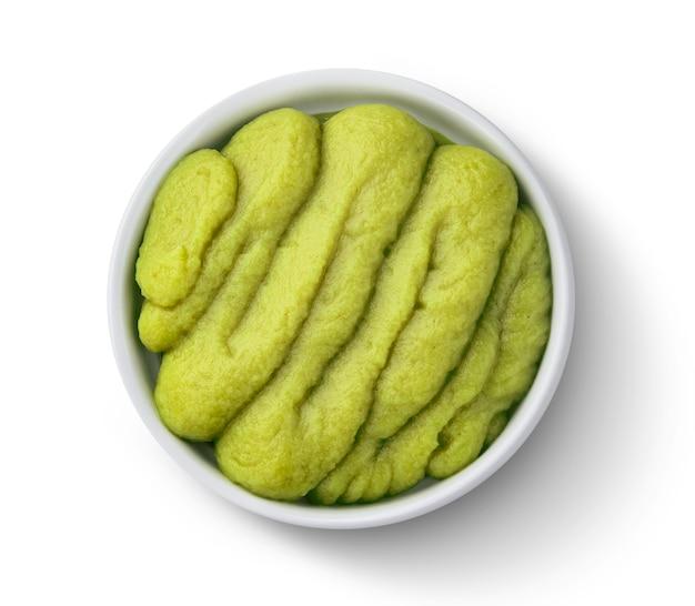 Raifort wasabi vert isolé sur fond blanc avec un tracé de détourage, vue de dessus
