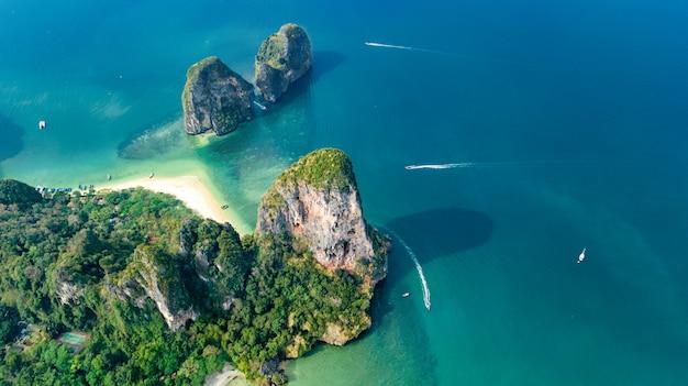 Railay beach en thaïlande, province de krabi, vue aérienne des plages tropicales de railay et de pranang et du littoral de la mer d'andaman d'en haut