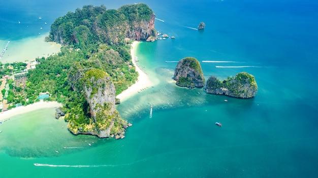Railay beach en thaïlande, province de krabi, vue aérienne des plages tropicales de railay et de pranang avec des rochers et des palmiers, littoral de la mer d'andaman d'en haut