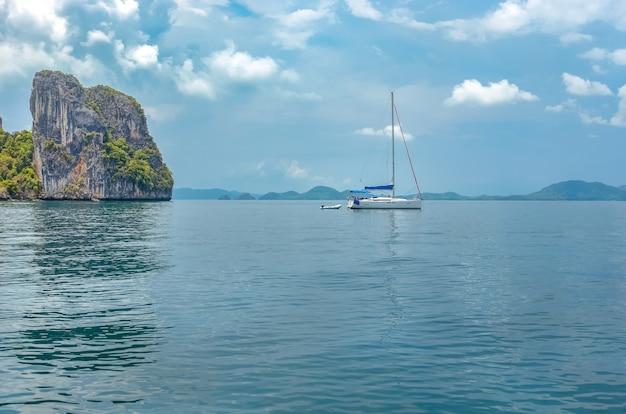 Railay beach en thaïlande, province de krabi, vue sur les plages tropicales de railay et pranang avec des rochers et des palmiers, littoral de la mer d'andaman