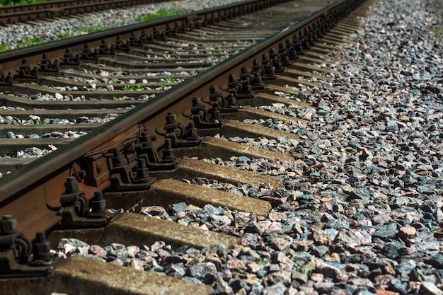 Rails et traverses en béton sur pierres