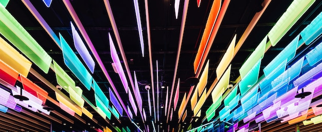 Rainbow colore des panneaux transparents avec des lumières led décorées au plafond.