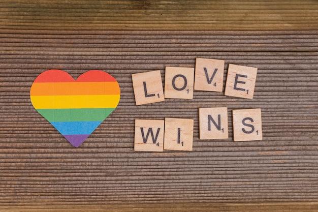 Rainbow lgbt coeur avec signe love wins