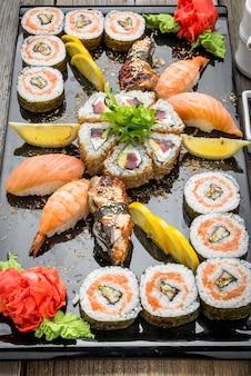 Rainbow sushi roll au saumon, anguille, thon, avocat, crevette royale, fromage à la crème philadelphia, caviar tobica, chuka. menu de sushi. nourriture japonaise.