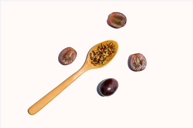Raisin frais avec des graines sur une surface blanche