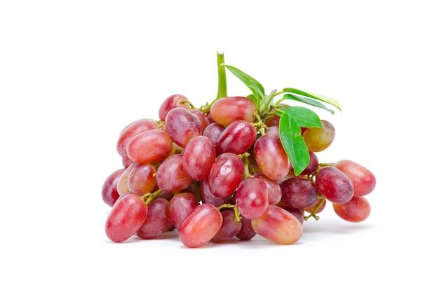 Raisin mûr vert et rouge isolé sur fond blanc