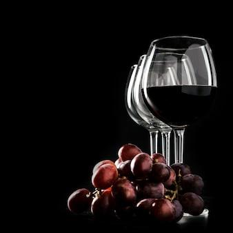 Raisin près de verres à vin